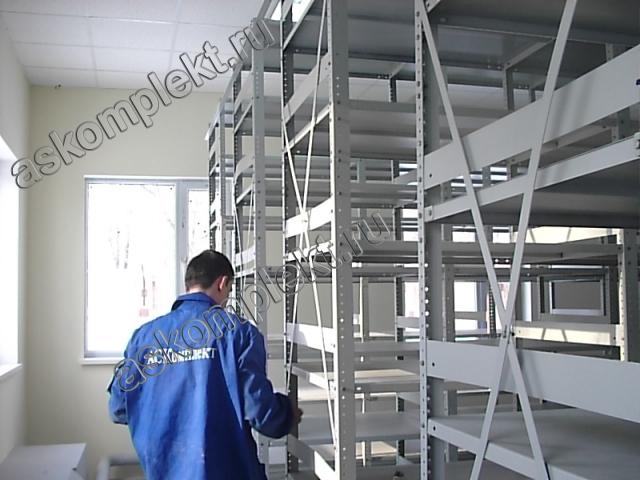 Металлические стеллажи с перфорированными стойками для склада